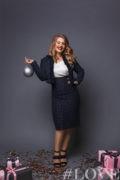 На Маше топ с декоративным кружевом, жакет твидовый и юбка миди их твида #LOVEplus